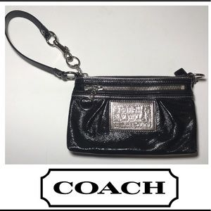 COACH POPPY BLACK PATENT LEATHER WRISTLET BAG